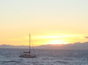 Segelboot beim Sonnenuntergang
