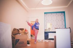 Melanie beim Renovieren des neuen Yogastudios
