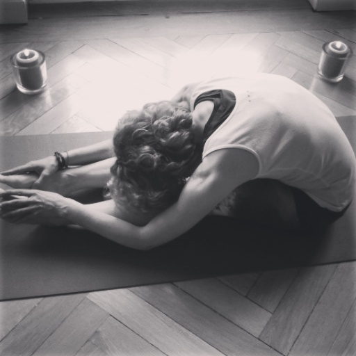 Yogalehrerin Birgit Löbsack in der Vorbeuge