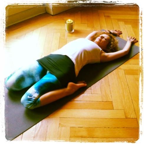 Birgit Löbsack beim Yin Yoga