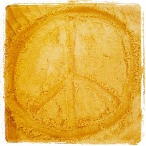 Peace Zeichen im Sand