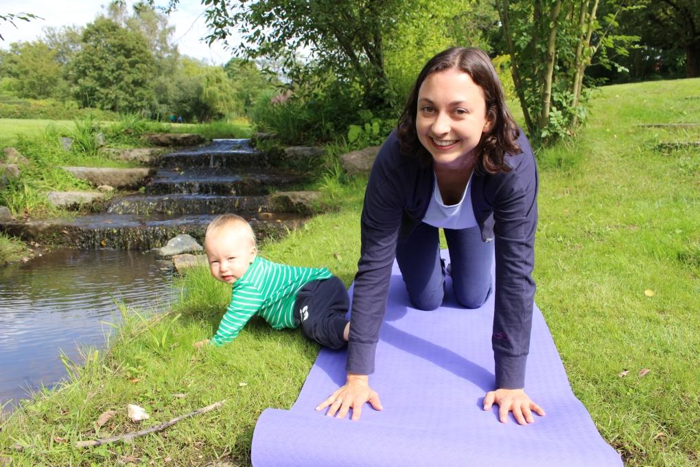 Yoga für Mama & Baby: Kuh-Katze oder einfach nur krabbeln