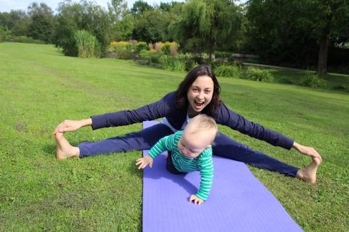 Yoga für Mama & Baby: Grätsche