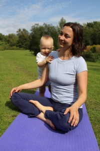 Yoga für Mama & Baby: Meditationssitz zur Entspannung am Ende