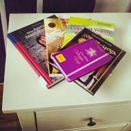 Meine Yoga-Bettlektüre: viele Yogabücher