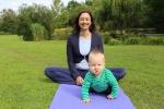 Schmetterling beim Yoga mit Baby