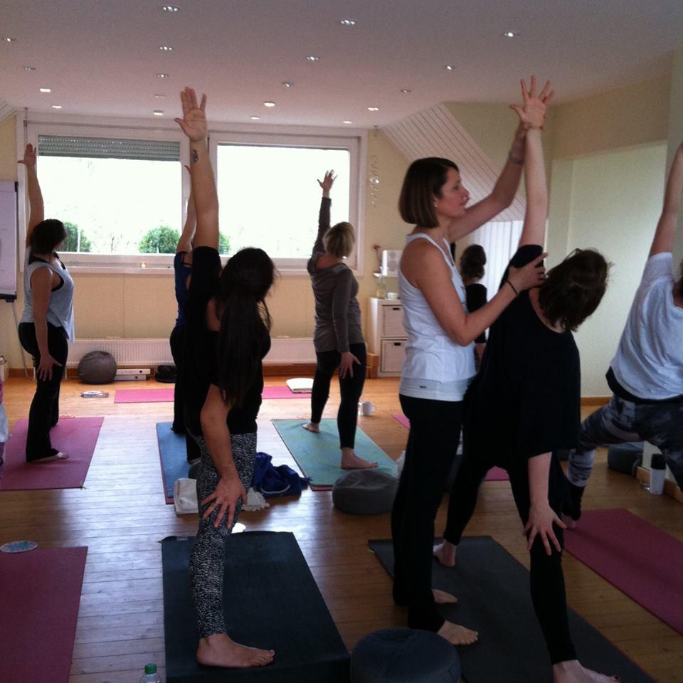 Romana Lorenz Zapf am Adjusten während der Yogapraxis