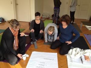Gruppenarbeit bei der Yogalehrer Ausbildung